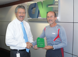 Ecuadorean athlete honored for successful participation in CAF Caracas 2011 Marathon